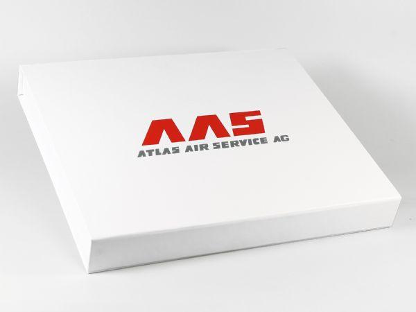 Eine Geschenkbox für die Atlas Air Service AG mit dem Logo bedruckt und einem UV Spotlack veredelt. In Wunschgröße und mit einem Inlay für Firmengeschenke.