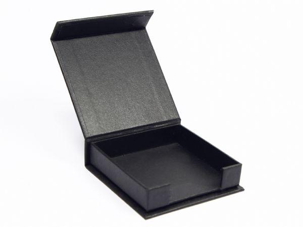 Klappbox mit offener Einfassung als Kartenhalter oder zur Aufnahme von Notizzetteln