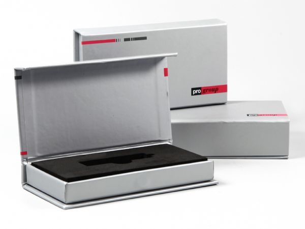 Klappbox mit silbernem Papier und Aufdruck