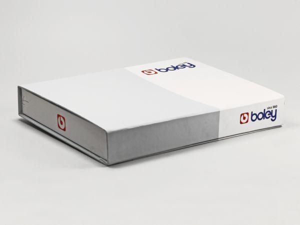 Flache zweifarbige Klappbox mit Logo