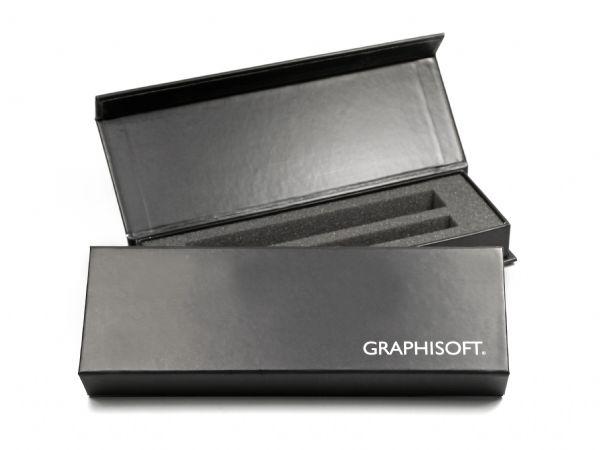 Schmale Klappbox mit schlichtem Logo in Weiß, inklusive individuellem Inlay aus weichem Schaumstoff