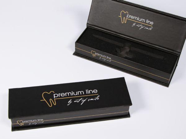 Schwarze schmale Klappschachtel mit Buchdeckel in Wunschgröße mit Logo und Inlay aus Schaumstoff