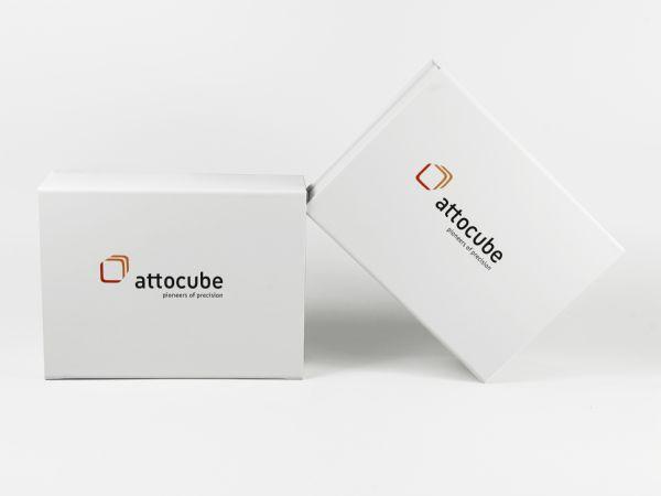 Große weiße Klappbox mit Magnetverschluss und Logo