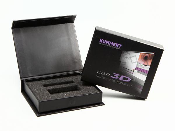 Wunschverpackung in Schwarz, mit Inlay aus Schaumstoff für USB-Sticks und Digitaldruck auf dem Deckel.