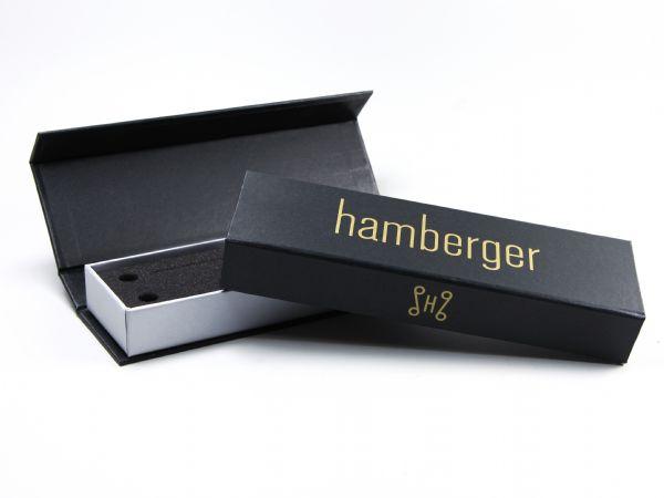 Hochwertige Schachtel mit goldenem Logo nach Pantone für Instrumenten Zubehör. Die Box ist außen fein strukturiert und innen silbern, mit einem weichen Schaumstoffinlay