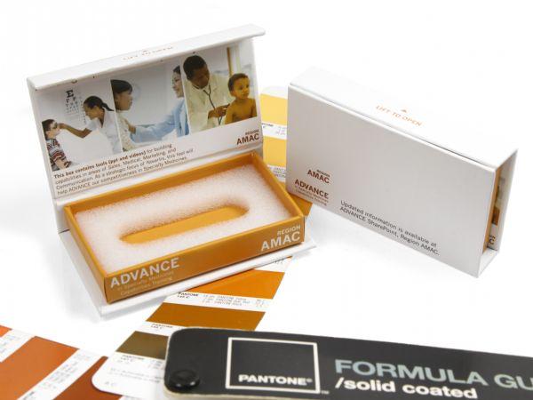 Bunte Klappbox in Firmenfarbe nach Pantone mit Inlay aus weißem Schaumstoff für USB-Stick