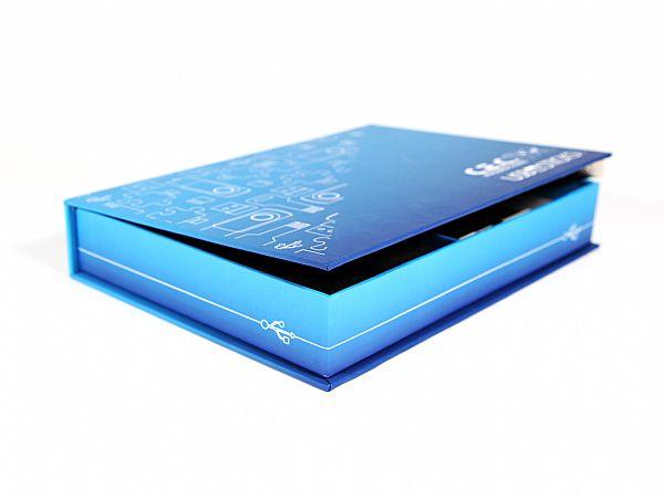 Rundum in Blau bedruckte Premium Klappschachtel mit Buchdeckel und Magnetverschluss. Im Einsatz als Musterbox für USB-Sticks. In der Größe 255 x 160 x 35 mm