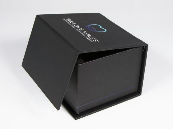 Die Dentalbox: Eine Verpackung mit Aufdruck für Kieferorthopäden und Dentallabore. In der Größe 95 x 90 x 60 mm ist sie genau passend für ein Zahnmodell.