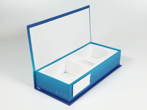 Diese zweifarbig gestaltete Verpackung wurde mit einem weißen, festen EVA-Schaumstoff im Inneren ergänzt. Dieser fügt sich nahtlos in das Design ein.