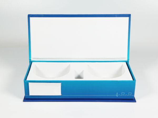 Eine Verpackung für Zahnmodelle im schlichten und dennoch hochwertigen Design. Vollflächig im Wunschdesign bedruckbar - auch mit schwarzem Inlay lieferbar.