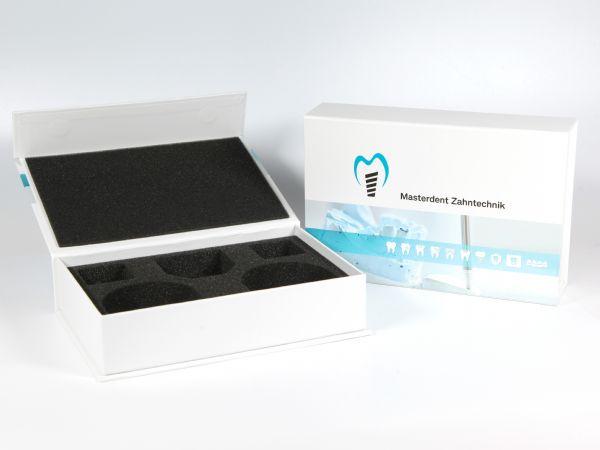 Große Dentalbox in der Größe 210 x 90 x 45 mm, für zwei Zahnmodelle und Zubehör. Mit dem Logo der Firma Masterdent Zahntechnik und Inlay aus Schaumstoff.