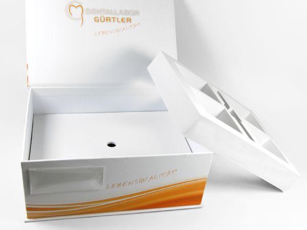 Große Maxi Dentalbox in 250 x 190 x 100 mm für vier Zahnmodelle und Zubehör. Verpackung rundum bedruckt und mit Etikattenhülle für Patientendaten versersehen.