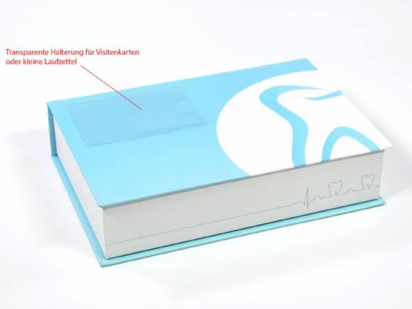 Bereits ab 20 Stück können Sie die Dentalbox 2 Maxi bei uns erwerben, mit Schaumstoffinlay, Visitenkartenhalter, in einem ansprechenden Dental-Design.