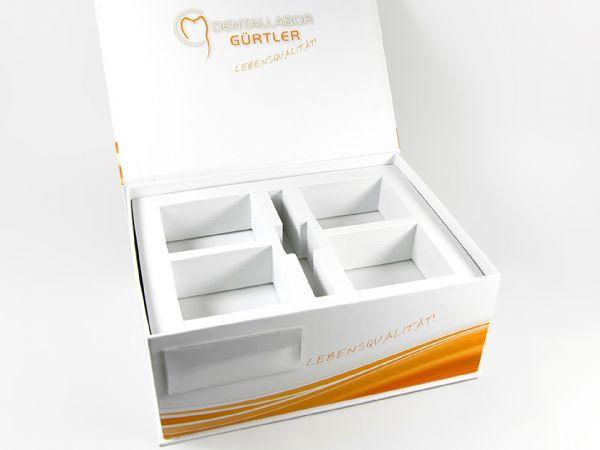 Die Maxi Dentalbox für 4 Zahnmodelle - Die Verpackung in der Größe 250 x 190 x 100 mm wurde für das Dentallabor Gürtler nach Kundenwunsch angefertigt.
