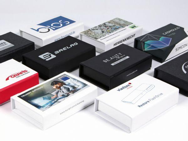 Kleine Verpackungen in 85x47x14 mm, passend für Softwaredongles und USB-Sticks. Wir bedrucken die Verpackung rundum und stanzen einen passenden Schaumstoff.