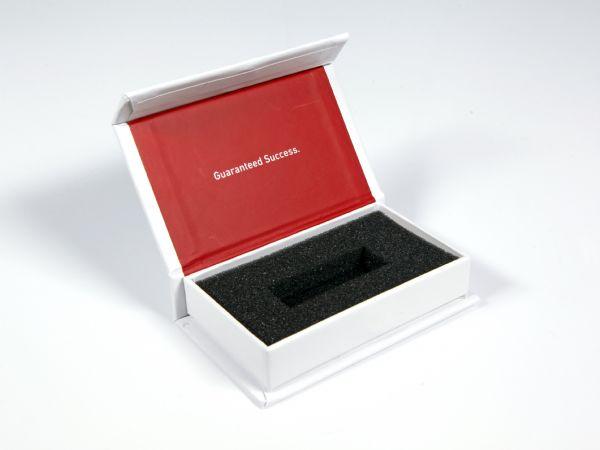 Kleine Donglebox in Standardgröße für Software-Dongles. Hier in schlichtem Weiß mit rotem Aufdruck und einem Schriftzug auf der Innenseite des Deckels.