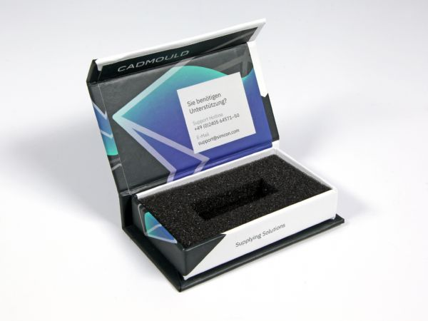 Diese klassische Dongleverpackung wurde modern gestaltet und mit einem vollflächigen Design rundum bedruckt. So kann auch eine kleine Verpackung Eindruck machen
