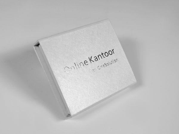 Eine Verpackung in Standardgröße für USB-Sticks. Diese Magnetklappbox aus dem klassischen Portfolio wird häufig als Verpackung für USB-Sticks gewählt.