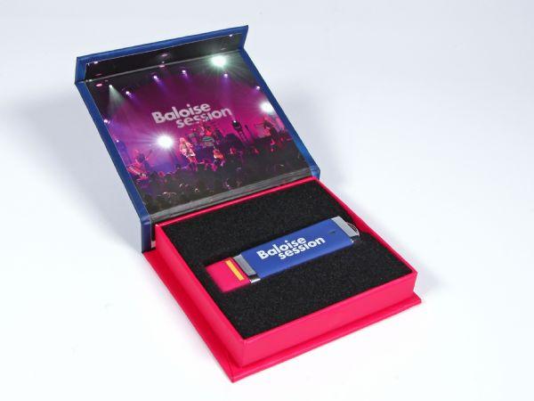 Eine farbenfroh gestaltete USB-Stick Verpackung, die farblich perfekt zum USB-Stick der Firma passt. Die Standardverpackung kann vollflächig bedruckt werden.