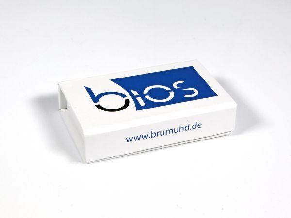 Verpackung in Standardgröße für Dongles bzw. USB-Sticks, in schlichtem mattem Weiß mit einem großflächigen Logo auf der Oberseite und Webadresse auf der Front.