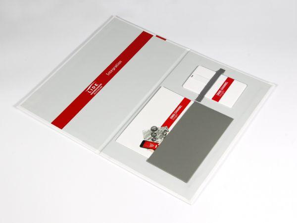 Die Mappe kann vollständig aufgeklappt werden und bietet Platz für einen vollflächigen Aufdruck, außen wie innen. Eine schöne Verpackung außerhalb der Norm.