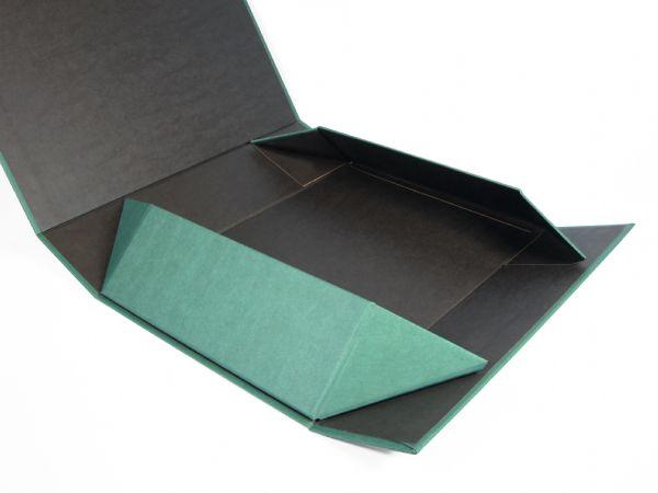 Der einfache Aufbaumechanismus dieser Verpackung funktioniert über versteckte Magnete in den Ecken. Ohne unschöne Klebestreifen. Rundum individualisierbar!