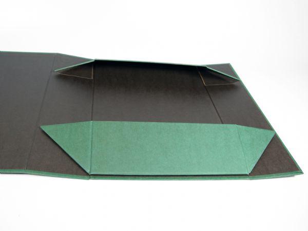 Flach ausgelegte Klappschachtel mit Magnetverschluss - Die Flatbox - Einfach mit Hilfe von Magneten aufzurichten. Mit farbig bedrucktem Kraftpapier kaschiert.