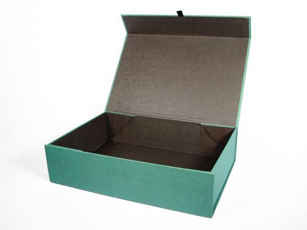 Zweifarbig gestaltete, großformatige Faltbox. Diese Verpackung lässt sich flach zusammenlegen und mit Hilfe von Magneten einfach und schnell wieder aufbauen.