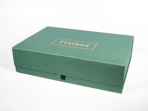 Große selbstaufbauende Schachtel mit Magnetverschluss (320 x 220 x 80 mm). Bauen Sie die Verpackung in sekundenschnelle auf, jede Ecke hält sofort dank Magnet. Vollflächig bedruckbar