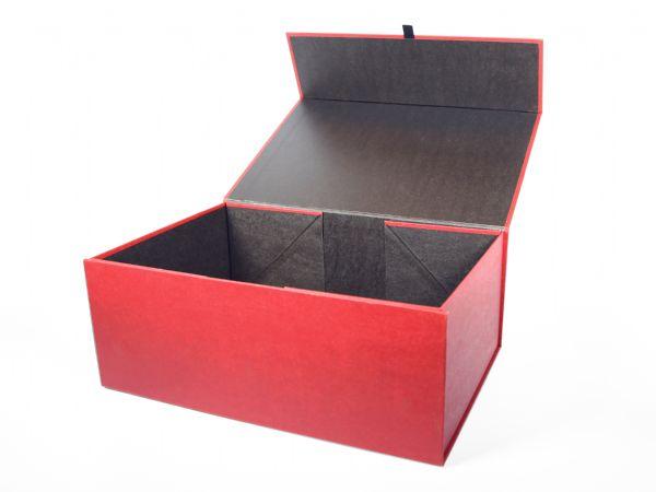 Faltbox - flat box - flach auslieferbare, auffaltbare Verpackung mit Magneten zum Aufrichten und Verschließen der Box. Hier großformatig mit rotem Kraftpapier