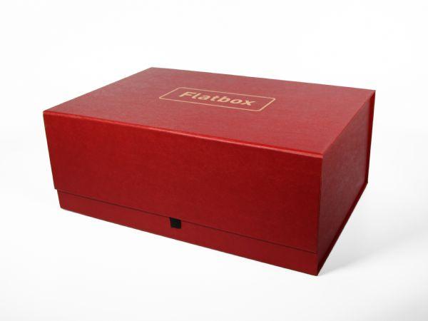 XXL selbstaufrichtende Magnetschachtel mit Magnethalterung in den Ecken und im Deckel zum sicheren Verschließen. 320 x 220 x 125 mm. Vollflächig bedruckbar.