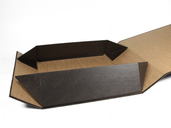 Flatbox - Eine auffaltbare Verpackung, die flach auslieferbar ist und sich mit wenigen Handgriffen aufstellen lässt. Versteckte Magnete ermöglichen dies.