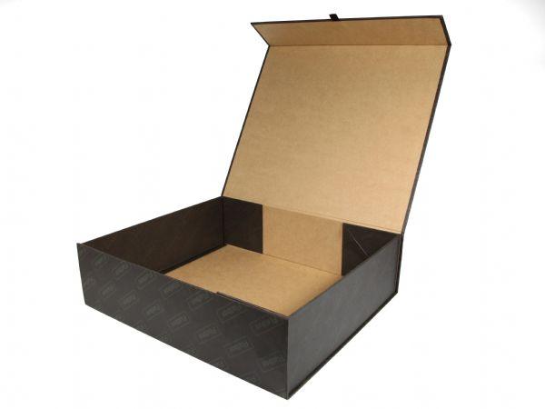 Auffaltbare Klappschachtel mit versteckten Magneten zum einfachen Aufrichten und zusammenlegen der Box. Rundum bedruckbar. Hier mit braunem Kraftpapier.