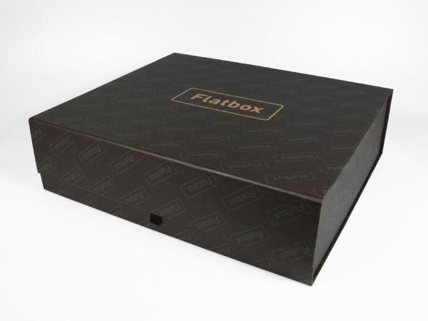 Faltbare Premiumbox in der Größe 330 x 295 x 90 mm, die mit Hilfe von Magneten aufgerichtet werden kann. Rundum bedruckbar in matt oder auch glänzendem Papier.