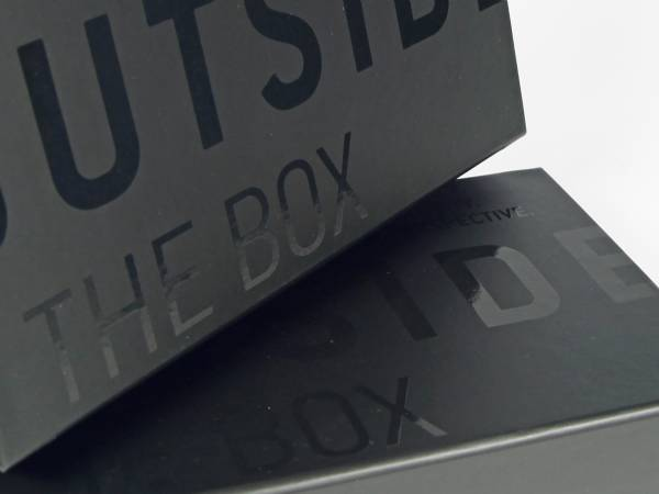 Klassische Klappschachtel mit Magnetverschluss in schwarz matt mit Glanzrägung, für die Präsentation von Mustern eines neuen Produkts in hochwertiger Weise.