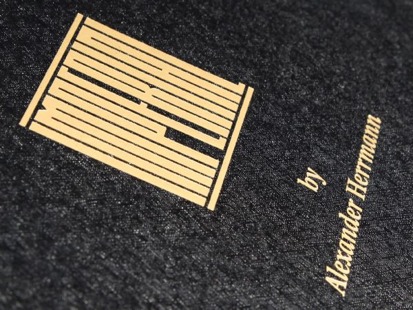 Goldprägung mit goldfarbener Heißfolie auf Verpackung mit strukturierter schwarzer Oberfläche