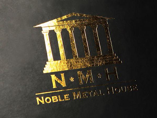Verpackung mit matt schwarzer Oberfläche und Logo als Goldprägung
