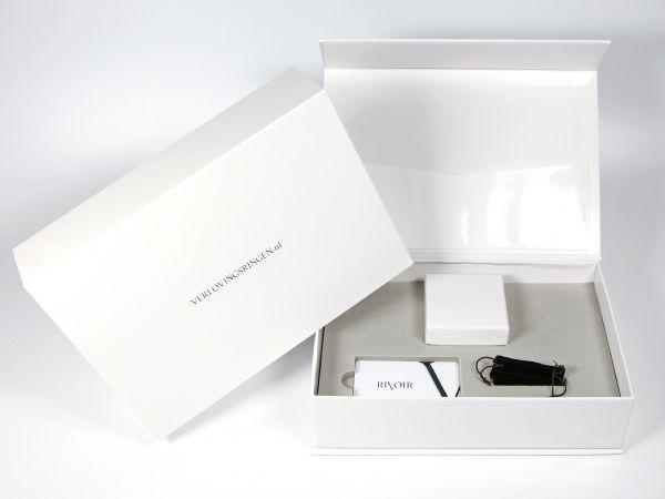 Glänzend weiße Magnetbox mit EVA Schaumstoff in Sonderfarbe