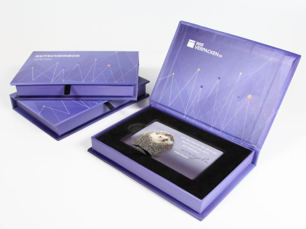 Die Gutscheinbox - Eine kleine, flache Verpackung für Gutscheine im Scheckkartenformat. Hochwertig mit Magnetverschluss und einem samtig beflockten Inlay.