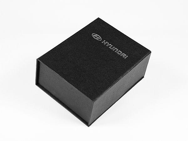 Klassische und edle Klappschachtel mit Magnetverschluss in Schwarz mit strukturierter Oberfläche in Leinen-Optik und mit einem silbern geprägtem Hyundai Logo.