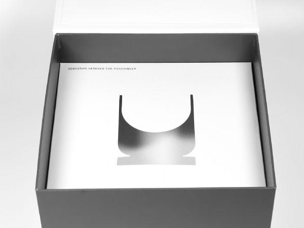 Inlay aus Pappe, bedruckt und mit Ausstanzung für ein Glas