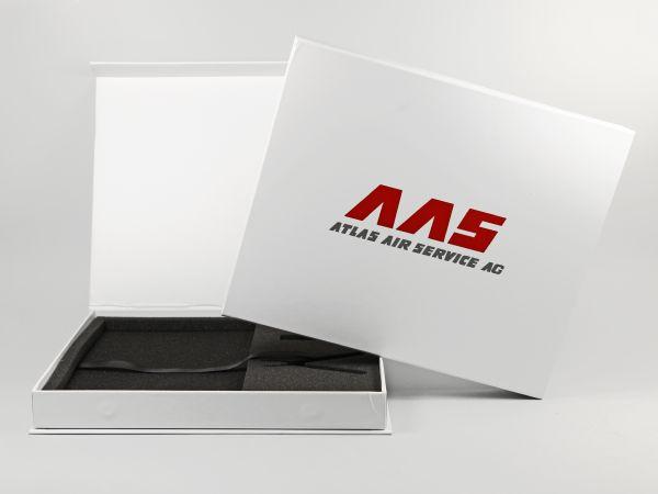 Edle Magnetklappbox mit Schaumstoffinlay und Textilbändchen