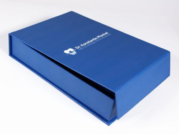 Blaue klassische Klappbox mit Magnetverschluss und Logo als Aufdruck