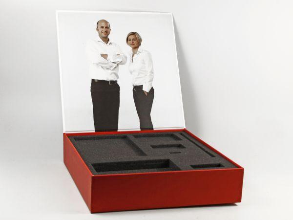 Klappbox mit Buchdeckel in Sondergröße und Wunschfarbe. Inlay aus Schaumstoff mit vielen Fächern und einem Digitaldruck auf der Innenseite des Deckels.