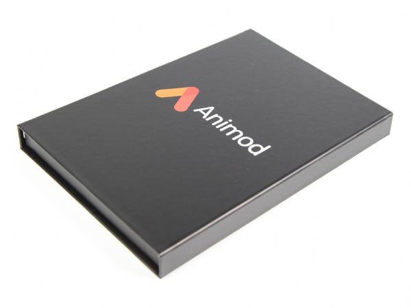 Klassische Klappbox in Schwarz mit Logo als farbiger Aufdruck
