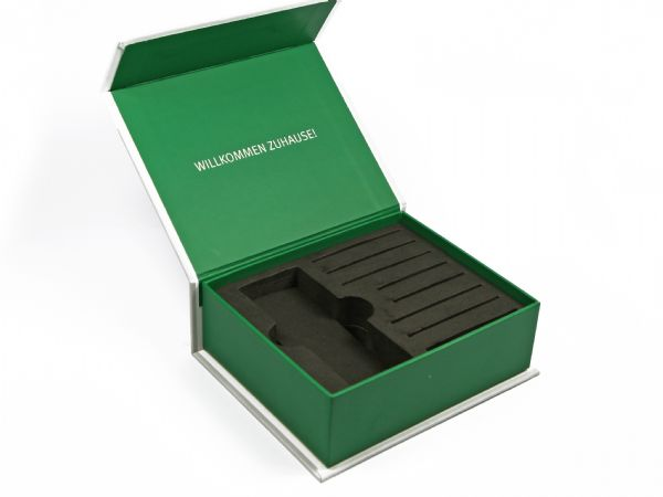 Klappschachtel mit vollflächigem Aufdruck und schwarzem festen Inlay als Aufnahme für Schlüssel und Handsender