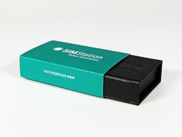 Kleine Klappbox mit Blindprägung und digital bedruckter Banderole in Firmenfarbe