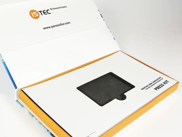 Flache Klappschachtel für USB Karte mit bedrucktem Inlay aus Pappe und Schaumstoff