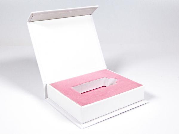Weiße Klappschachtel mit rosa beflocktem Inlay. Für diesen Kunden aus der Branche Fotografie wurde die schlichte Klappbox im Inneren optisch aufgewertet.