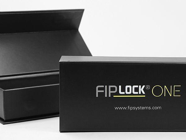 Mit Logo bedruckte Klappbox mit Magnetverschluss für ein Industrieprodukt